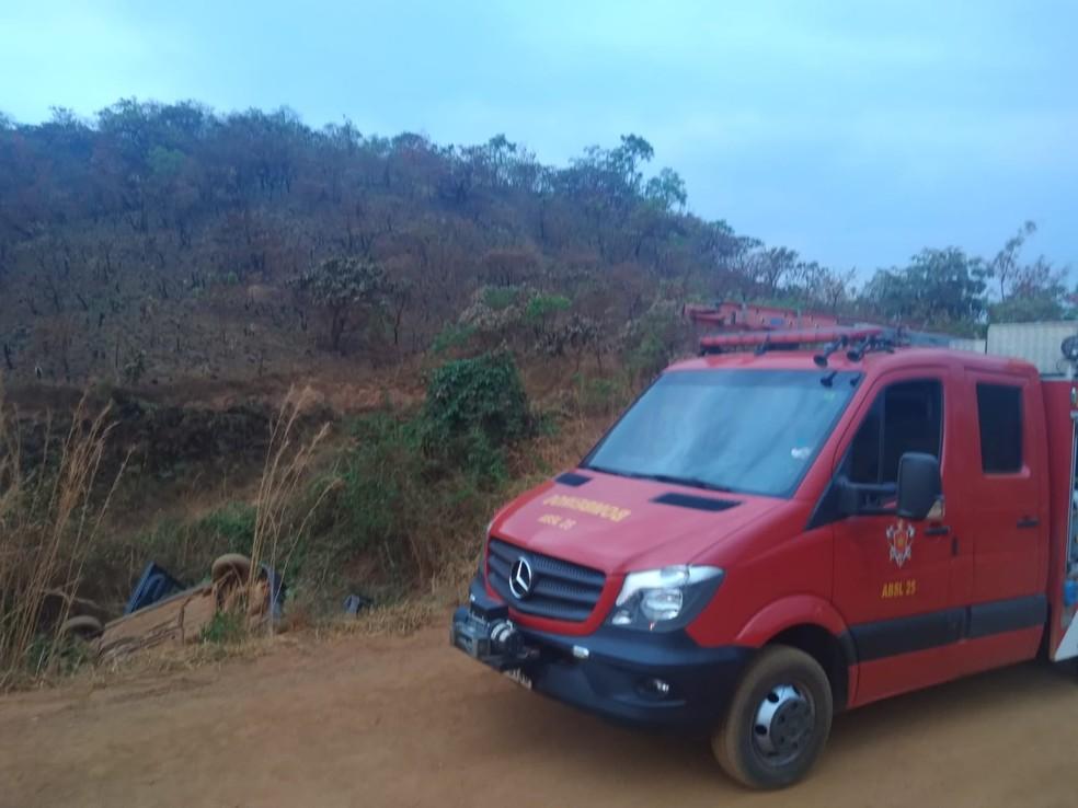 Uma pessoa morreu em acidente na estrada de terra de acesso ao Condomínio Serra Dourada, no Gama, no DF. — Foto: Corpo de Bombeiros do DF / Reprodução