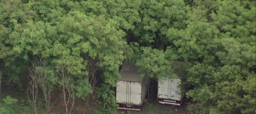 Esconderijo de caminhões roubados no Complexo da Pedreira, na Zona Norte do Rio (Foto: Reprodução/ TV Globo)