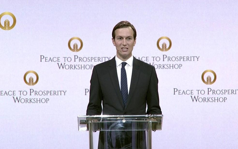 Imagem retirada de vídeo do conselheiro da Casa Branca e genro do presidente dos EUA, Jared Kushner, durante discurso na abertura da conferência 'Da paz à prosperidade', em Manama, no Bahrein — Foto: Stringer / AFP / Peace to Prosperity Workshop