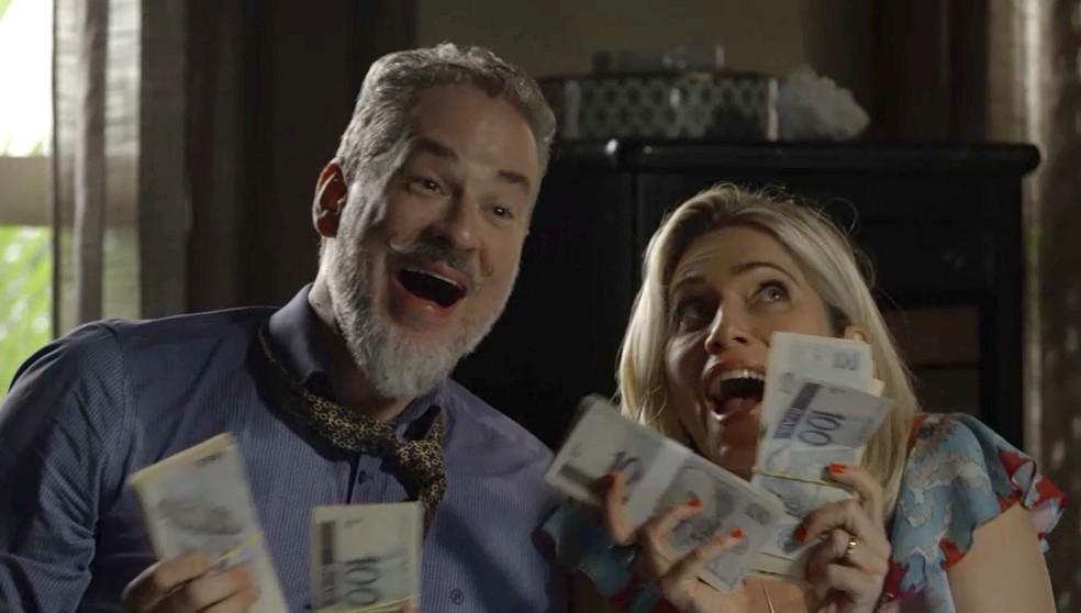 Eurico (Dan Stulbach) e Marilda (Letícia Spiller) vibram com o dinheiro que Valentina lhes entrega em 'O Sétimo Guardião' — Foto: TV Globo