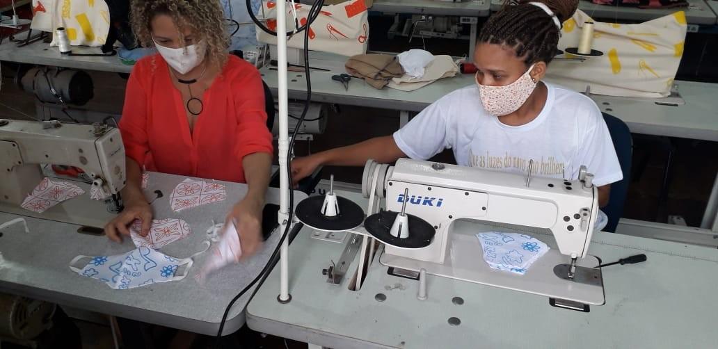 Projeto Axé doa kits com material de higiene pessoal, máscaras e material de limpeza para famílias de educandos