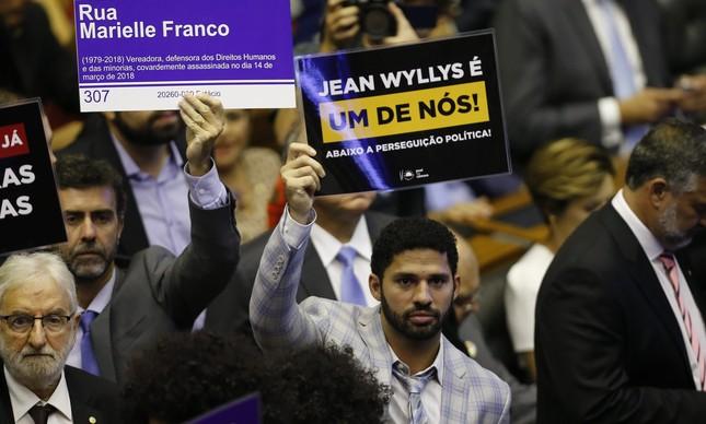 O deputado federal David Miranda (Psol-RJ) com placa em defesa a Jean Wyllys na posse da Câmara