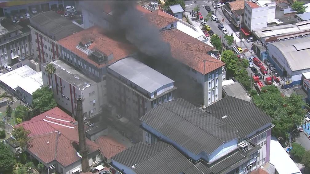Imagem aérea mostra incêndio no Hospital Federal de Bonsucesso, no Rio, nesta terça — Foto: Reprodução/GloboNews