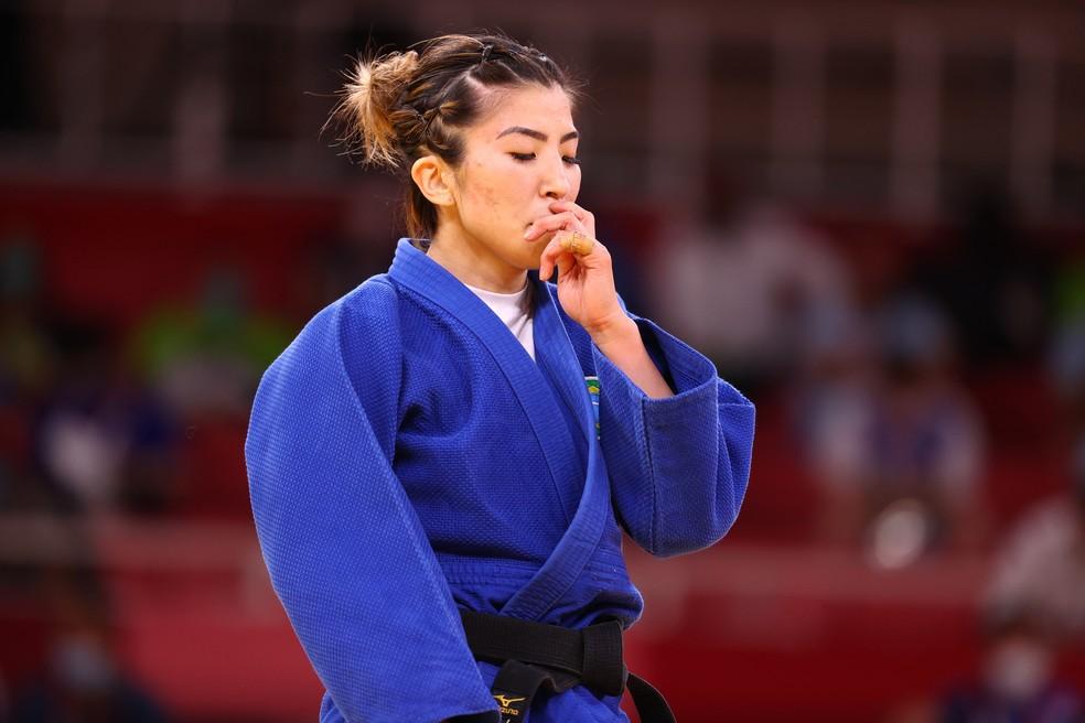 Gabriela Chibana lamenta após ser derrotada por Distria Krasniqi nas oitavas de final — Foto: REUTERS/Sergio Perez