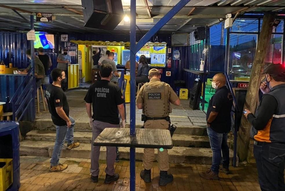 Fiscalização em Lages cuidou para que estabelecimentos fechassem às 23h, horário que inicia restrições — Foto: Prefeitura de Lages/Divulgação