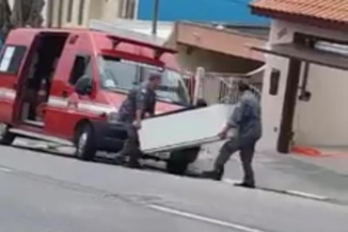 Bombeiros são gravados entregando geladeira com viatura oficial em Mogi das Cruzes