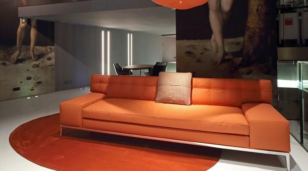 O couro de maça está disponível nas cores preto e laranja. (Foto: Reprodução)