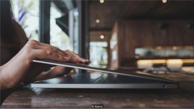 A troca constante entre dispositivos, atividades e janelas do navegador gera ansiedade e cria distrações (Foto: FARKNOT ARCHITECT / ALAMY STOCK PHOTO via BBC News Brasil)
