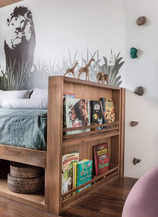 O mesmo tom de madeira aparece no piso (Indusparquet), na cama e nas prateleiras. Para estimular a leitura, a lateral da cama reserva um nicho para os livros favoritos (Foto: Adriano Escanhuela)