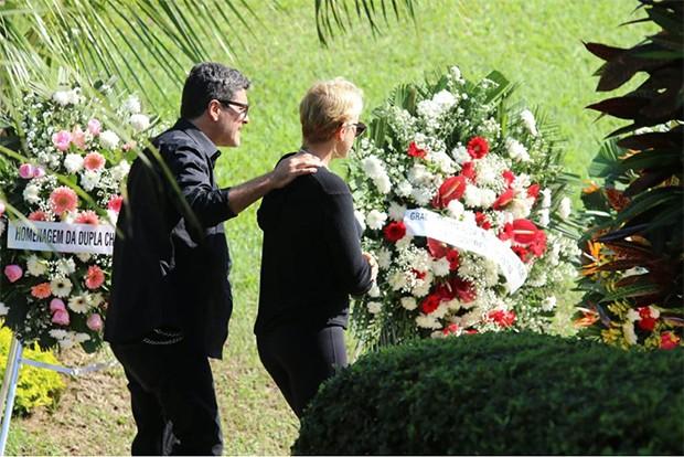 Xuxa Meneghel  e Junno Andrade no velório de Alda Meneghel (Foto: Daniel Pinheiro/AgNews)