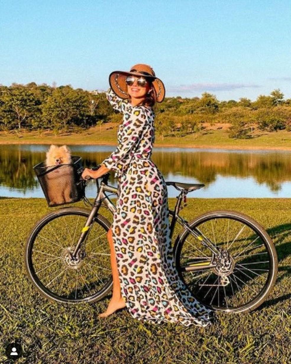 Paula Fernandes posa ao lado de Tutti, seu spitz alemão — Foto: Reprodução/Instagram
