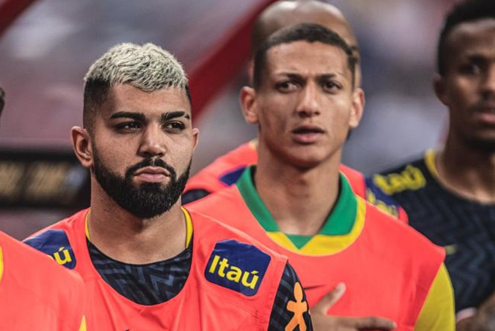 Gabigol e Richarlison no banco em amistoso em 2019 — Foto: Pedro Martins / MowaPress