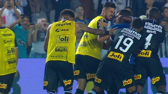 Fábio Carille fica louco com árbitro após o jogo e precisa ser contido por 3 jogadores do Corinthians