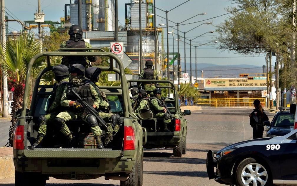 Militares patrulham os arredores da refinaria Antonio Amor, da Petróleos Mexicanos, em Salamanca, no México, na quinta-feira (31) — Foto: Reuters/Fatima Flores