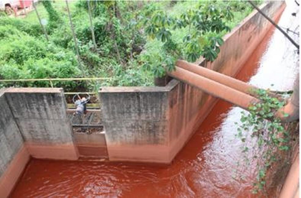 """Detalhe da separação dos canais """"antigo"""" e """"novo"""" e da comporta, que permite a possibilidade de utilização do """"antigo"""" e lançamento de efluentes no Rio Pará (Foto: Reprodução/MPPA)"""