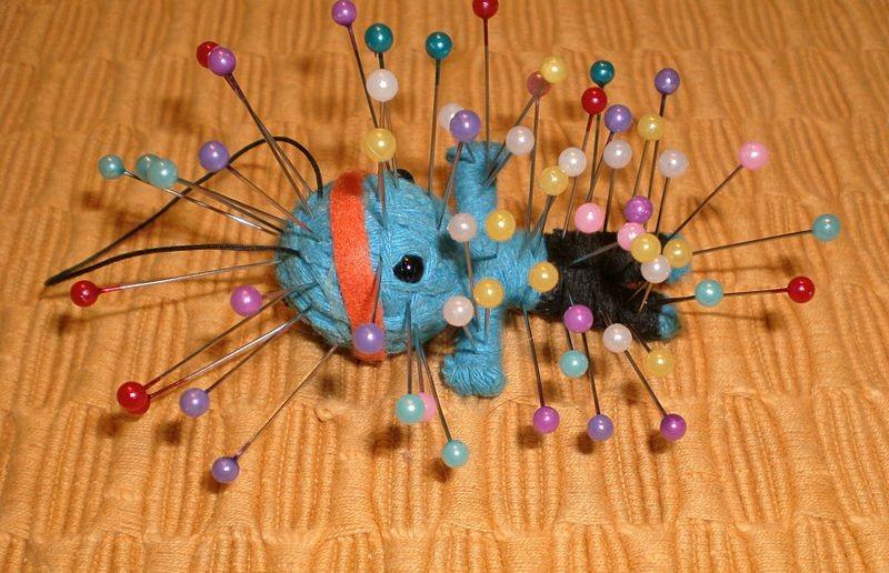 Pesquisa com boneco de vodu ganhou o IgNobel de Economia (Foto: BeatrixBelibaste/Wikimedia Commons)