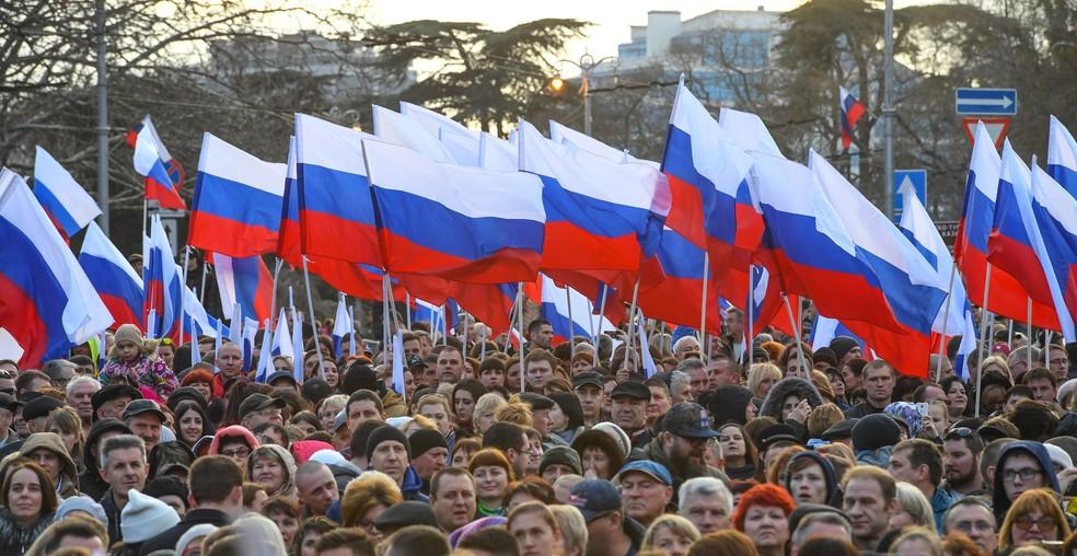 Manifestantes pró-Putin participam de celebração dos quatro nos após a retomada da Crimeia — Foto: Yuri Kadobnov/AFP