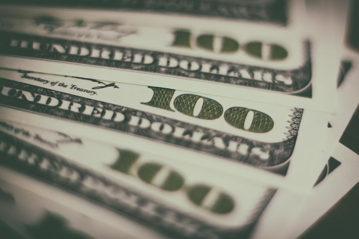 Dólar bate R$ 5,70 em reação à debandada da equipe de Guedes