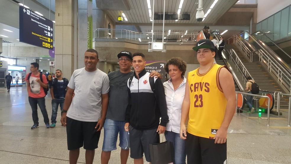 Família de Paulinho foi ao aeroporto receber jovem (Foto: Felipe Schmidt)