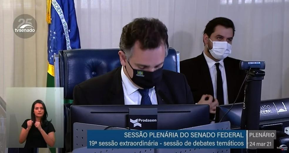 Assessor especial de Bolsonaro, Filipe Martins (ao fundo), faz gesto com a mão durante sessão do Senado — Foto: Reprodução/TV Senado