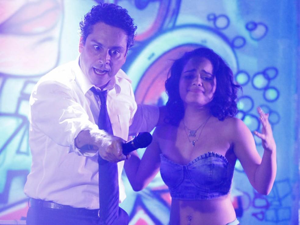 Baltazar invade gravação de clipe e  humilha Solange em público em 'Fina Estampa' — Foto: Globo