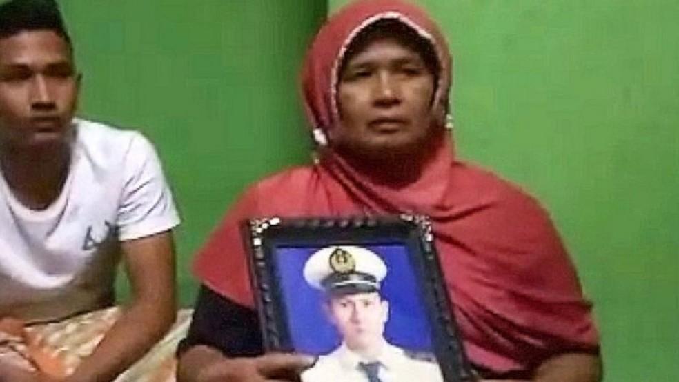 Afrida conta que o filho Angga, que estava no voo, havia sido pai pela primeira vez uma semana antes — Foto: BBC INDONÉSIA