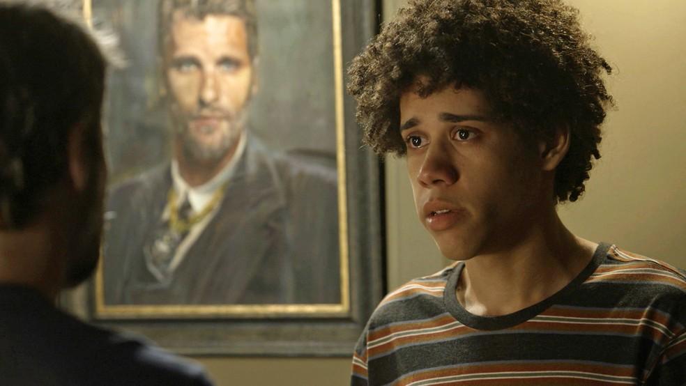 Feijão (Cauê Campos) fica com medo de não ter para onde ir, na novela 'O Sétimo Guardião' — Foto: TV Globo