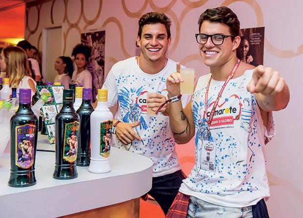 Os gêmeos Manoel e Antônio Rafaski se deliciam com drinques feitos com Catuaba Selvagem (Foto: Selmy Yassuda/QUEM)