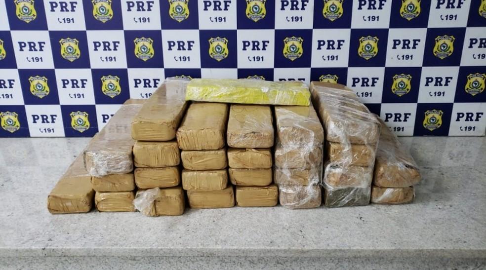 Casal é preso por tráfico de drogas transportando 30 kg de maconha escondido na bagagem — Foto: Polícia Rodoviária Federal