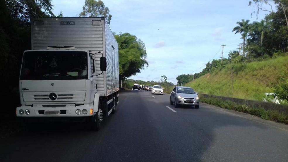 Caminhão colidiu com uma moto no Km 22 da BR-232, em Moreno — Foto: Polícia Rodoviária Federal/Divulgação