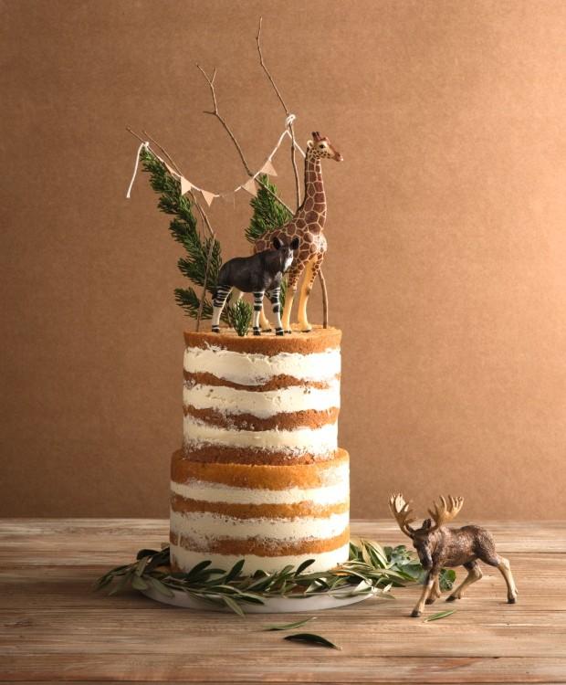 Ao Natural. O naked cake dá um toque rústico à mesa. No topo, mesclar bichos de plástico, folhas de pinho e oliveira é ótima opção na hora de improvisar (Foto: Iara Venanzi / Editora Globo)
