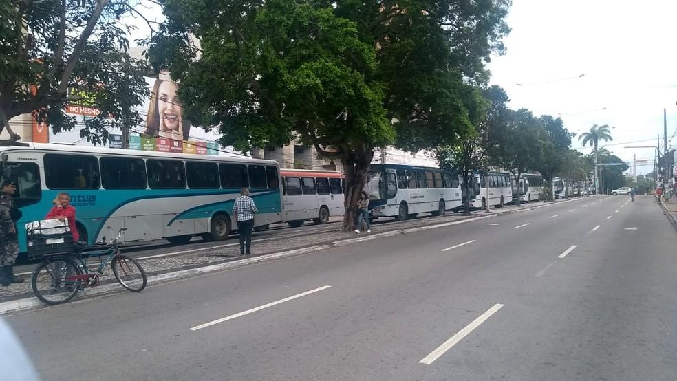 CAMPINA GRANDE, 10h10: Ônibus parados durante manifestação nesta sexta-feira (14) — Foto: Marcos Vasconcelos/TV Paraíba