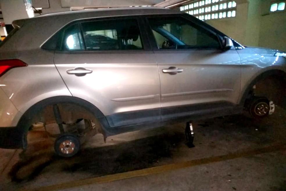 Carro que perdeu duas rodas estava em um estacionamento de supermercado no centro da cidade — Foto: Arquivo pessoal