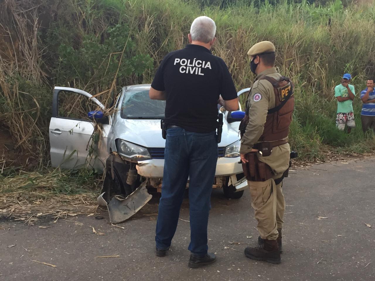 Homem morre após carro bater em barranco no sul da Bahia; outros passageiros e motorista fugiram do local