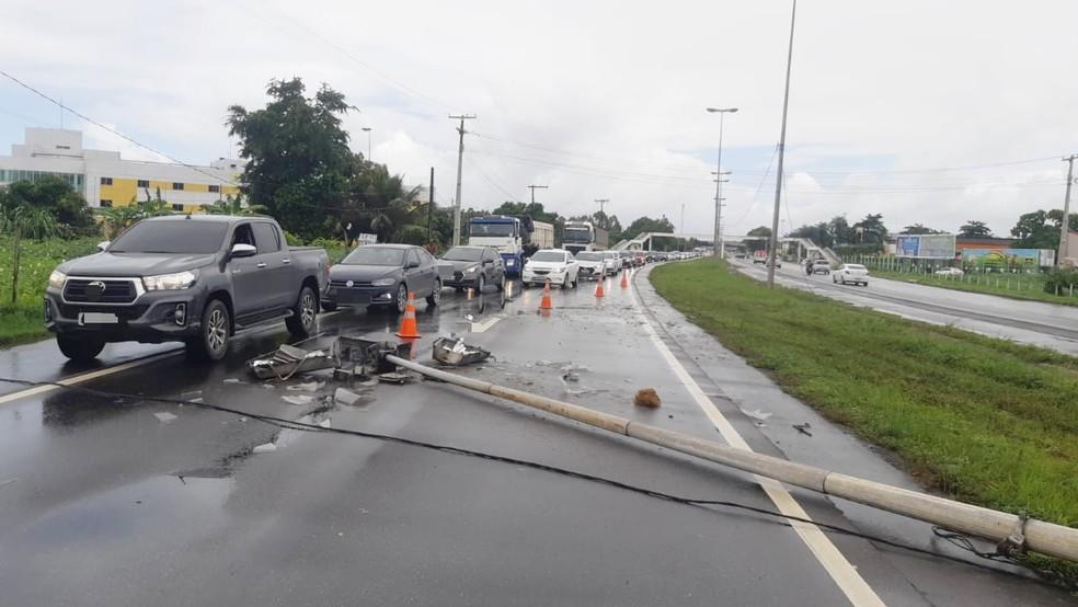 Poste foi derrubado em acidente entre dois carros na BR-101, no Recife, e provocou a interdição de uma faixa da rodovia, neste domingo (9) — Foto: PRF/Divulgação