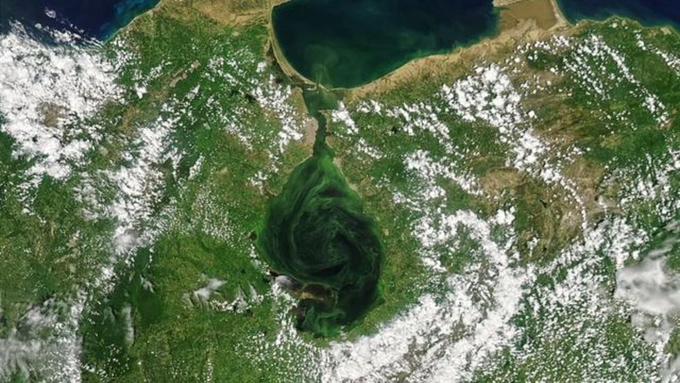 Lago de Maracaibo, no oeste da Venezuela, tem sido símbolo da indústria do petróleo e motor da economia nacional e regional. — Foto: Nasa via BBC