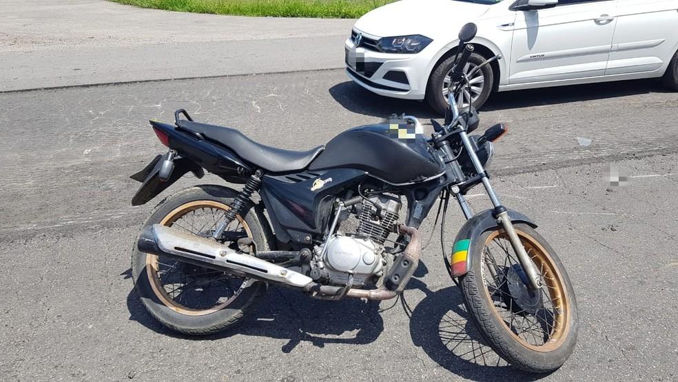 Condutor da moto foi atropelado após cair do veículo na BR-232 — Foto: Polícia Rodoviária Federal/Divulgação