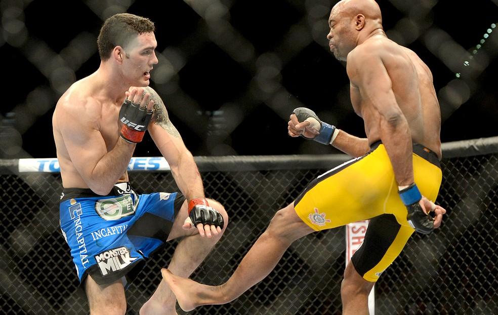 Anderson Silva fraturou a perna na revanche contra  Chris Weidman no UFC 162 — Foto: Reuters