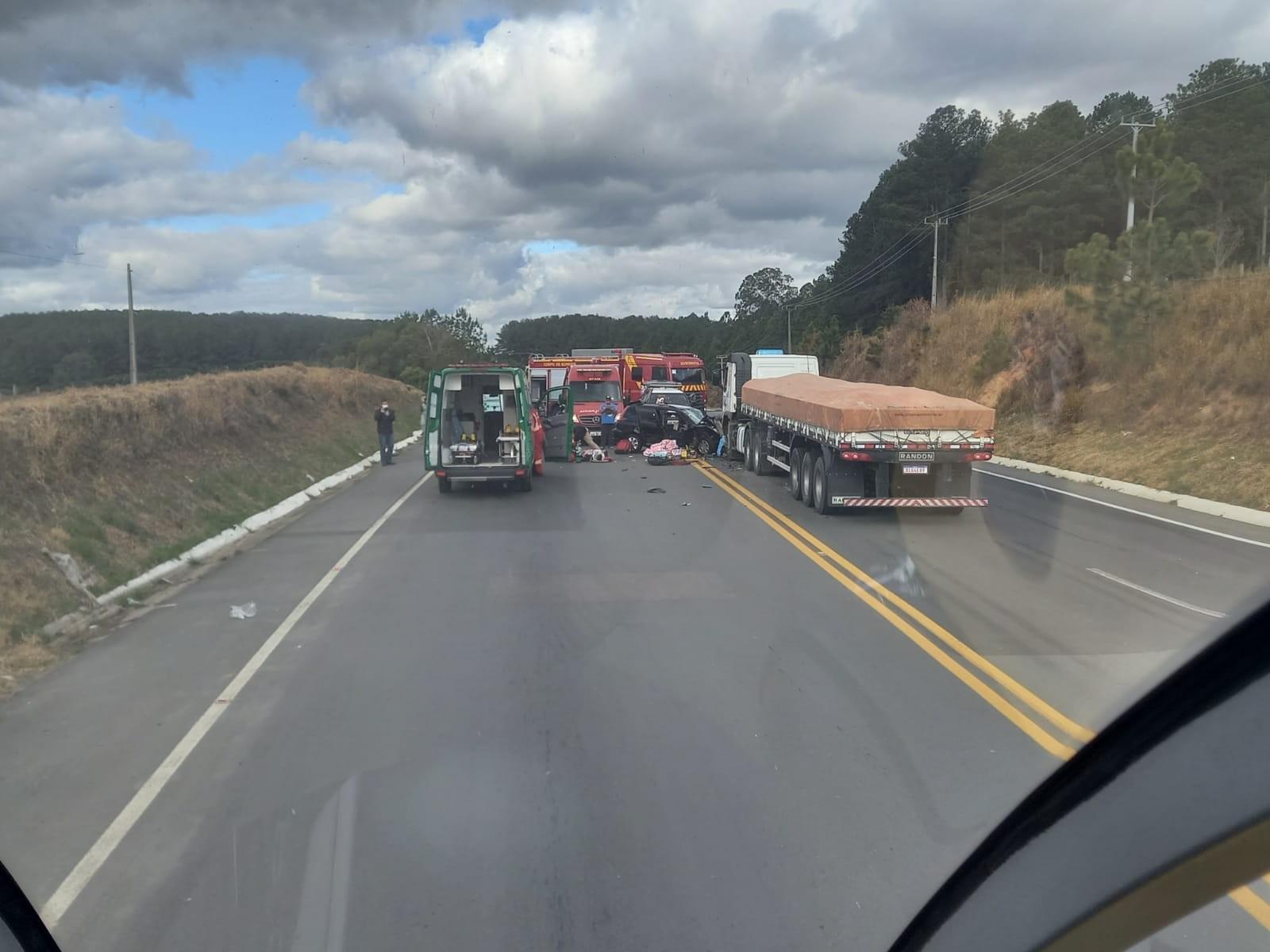 Duas pessoas morrem e três ficam gravemente feridas em batida entre carro e caminhão, na Lapa