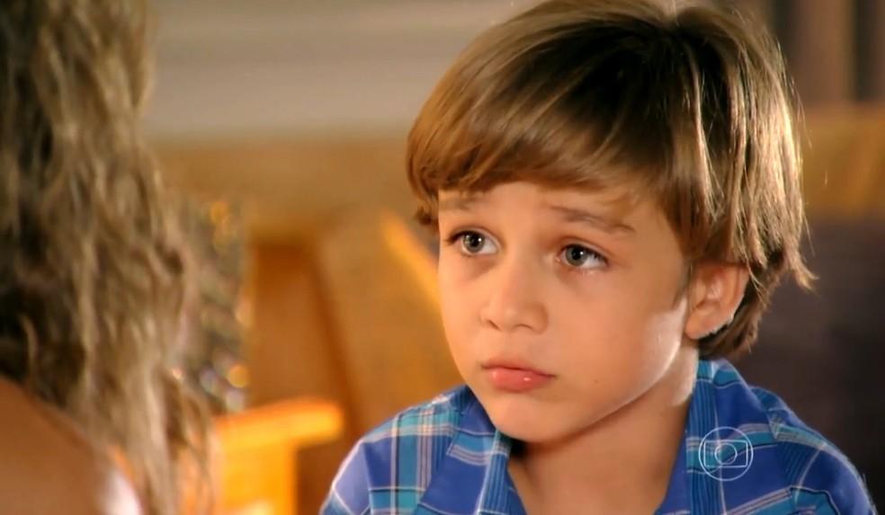 Samuca (Vitor Figueiredo) diz que o seu pai é Alberto (Igor Rickli) - 'Flor do Caribe' — Foto: Globo