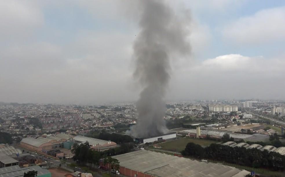 Fumaça pode ser vista a quilômetros de distância do local do incêndio — Foto: Reprodução/RPC