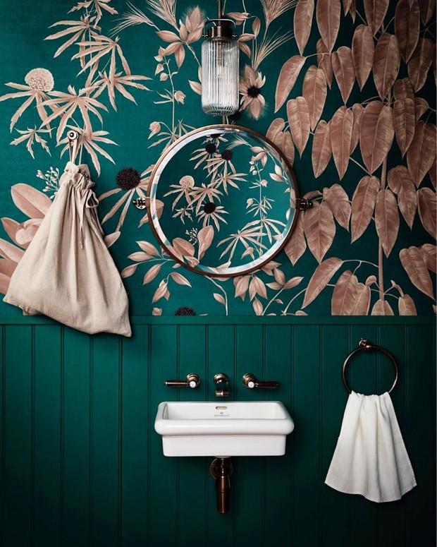 Décor do dia: lavabo colorido com papel de parede floral (Foto: @benjaminmoore/divulgação)
