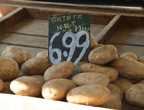 Os caminhoneiros pararam, as batatas minguaram, e os preços desembestaram. Em alguns mercados, o aumento superou 150% (Foto: CELSO PUPO/FOTOARENA)