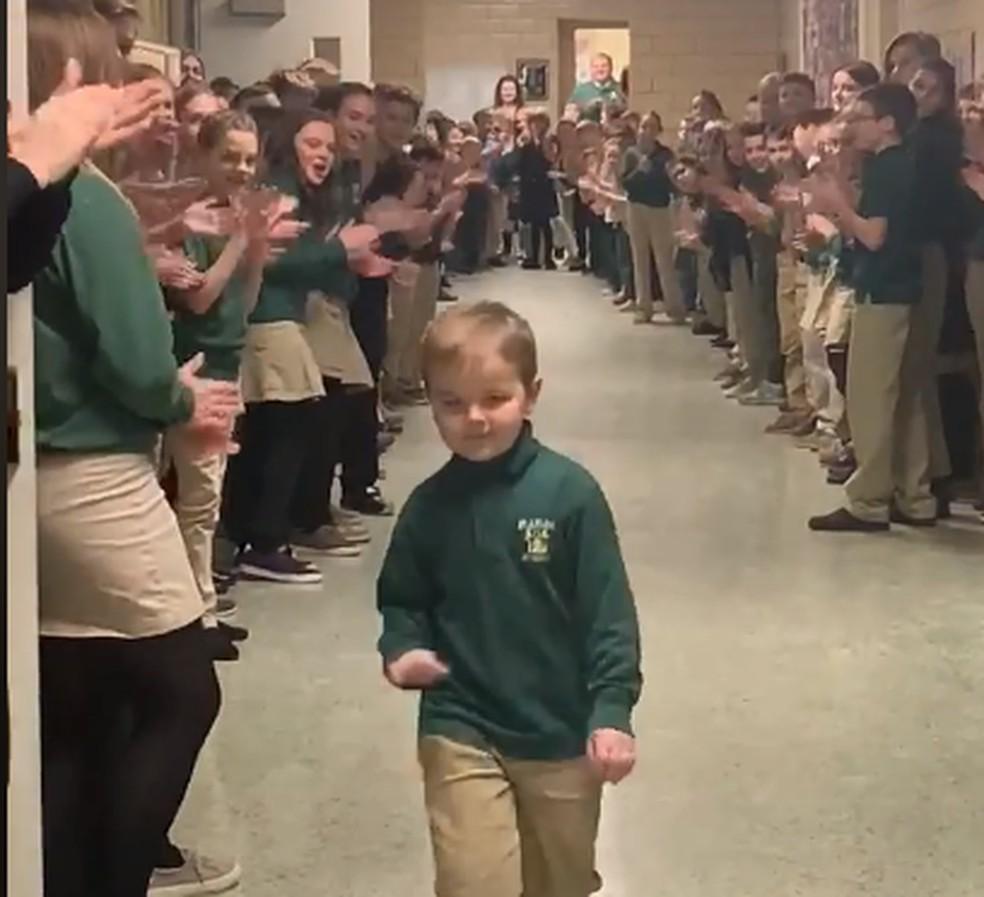 Menino curado de leucemia é recebido com aplausos na escola — Foto: Reprodução/Facebook