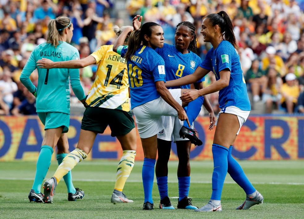 Marta mostra o símbolo da igualdade de gênero na chuteira durante a comemoração do gol do Brasil contra a Austrália na Copa do Mundo Feminina — Foto:  REUTERS/Jean-Paul Pelissier