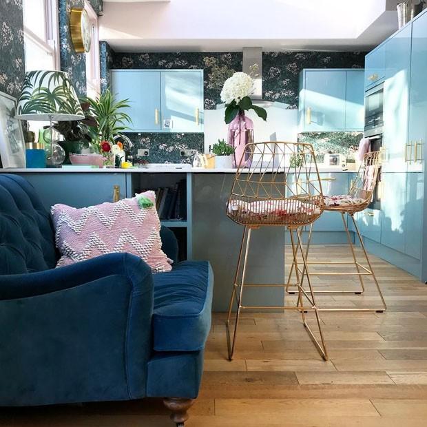 Décor do dia: Cozinha de influencer azul e rosa (Foto: Emily Murray)