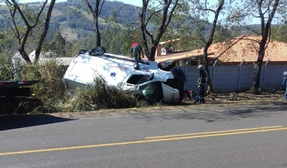 Ambulância pertence à Prefeitura de Tomazina e voltava de Curitiba (Foto: Polícia Civil/Divulgação)