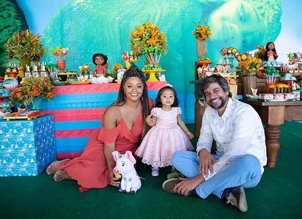 Juliana Alves e Ernani Nunes com Yolanda (Foto: Karina Martini/ Divulgação)