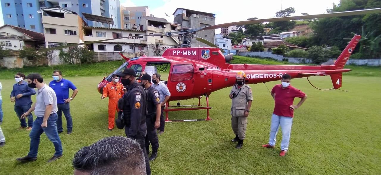 Helicóptero com vacinas contra a Covid-19 para a Região Serrana chega a Cordeiro, no RJ