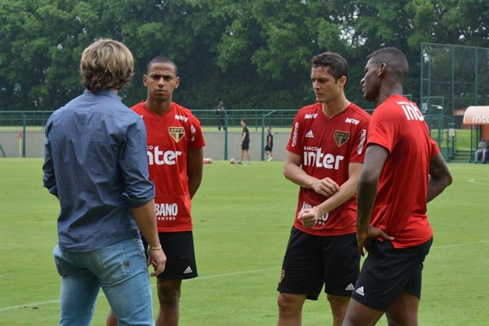 Lugano conversa com Bruno Alves, Anderson Martins e Arboleda no São Paulo — Foto: Érico Leonan / saopaulofc.net